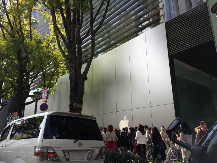 iPhoneXの発売日、大阪のアップルストアは大行列