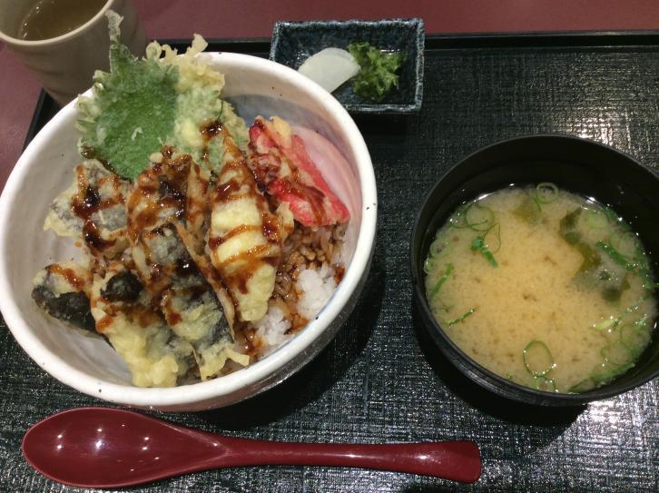 うつぼの天ぷら丼・・柔らかくて、しっとりしてる、かなり美味しい。